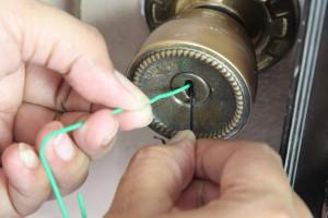 Как открыть закрытую дверь без ключа своими руками
