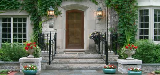 Преимущества входных металлических заводских дверей