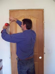 Что делать, если межкомнатная дверь задевает коробку