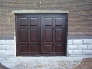 Описание двустворчатых входных деревянных дверей
