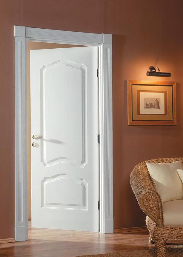 Белая деревянная дверь в интерьере фото