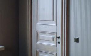 Преимущества белых дверей из массива