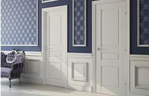 Межкомнатные белые двери с дополнительными вставками
