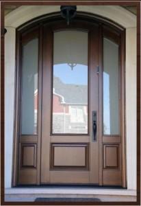 Входные деревянные двери со стеклом