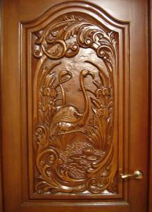 Свойства и особенности деревянных дверей с ручной резьбой