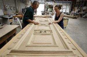 Как отреставрировать деревянную дверь