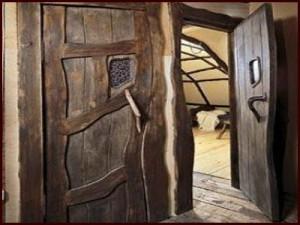 Преимущества и техника обработки дверей, изготовленных под старину