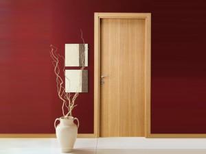 Отличия шпонированных межкомнатных дверей и дверей из массива