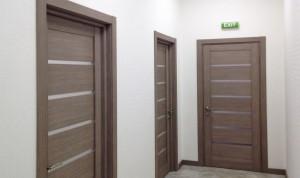 Преимущества и характеристики входных дверей из серого дуба