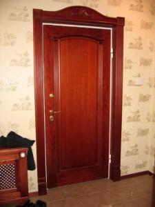 Достоинства межкомнатных дверей из древесины вишни