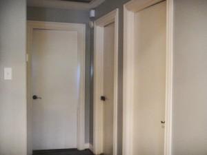 Особенности и свойства белых межкомнатных гладких дверей