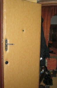 Плюсы и минусы использования дерматина в обивке дверей
