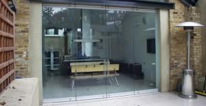Чем характеризуются входные остекленные двери