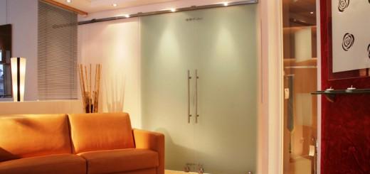 Раздвижные межкомнатные двери со стеклом