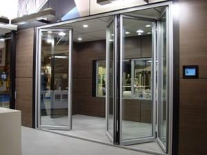 Описание дверей-гармошек из стекла, их преимущества и свойства