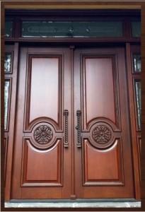 Разные варианты входных деревянных дверей