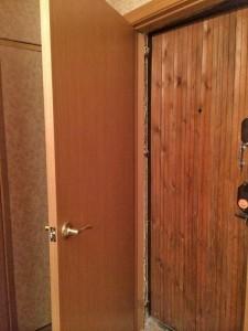 Двери вторые входные деревянные