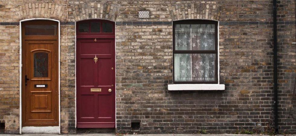 Преимущества деревянных входных дверей перед металлическими